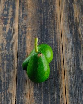 Avocado's op een houten tafel. bovenaanzicht.
