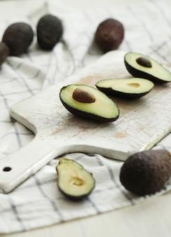 Avocado's op houten snijplank