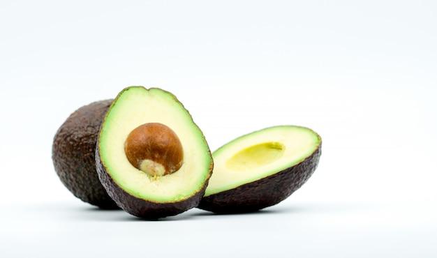 Avocado's op witte achtergrond met het knippen van weg worden geïsoleerd die