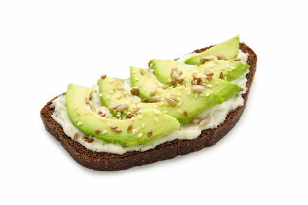 Avocado sandwich op donker roggebrood gemaakt met vers gesneden avocado's geïsoleerd