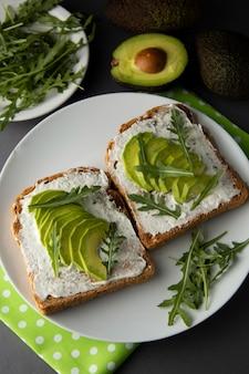 Avocado sandwich toast brood gemaakt met vers gesneden avocado, roomkaas. gezond voedselconcept.