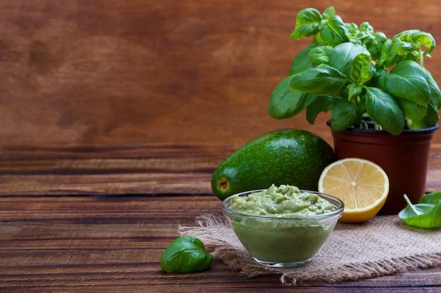 Avocado saus en ingrediënten