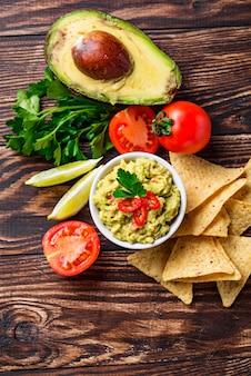 Avocado saus guacamole met maïs chips nachos