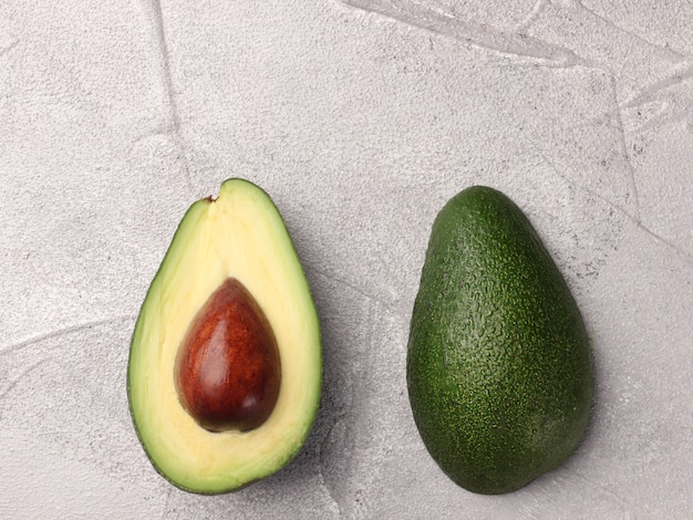 Avocado twee helft op achtergrond bovenaanzicht