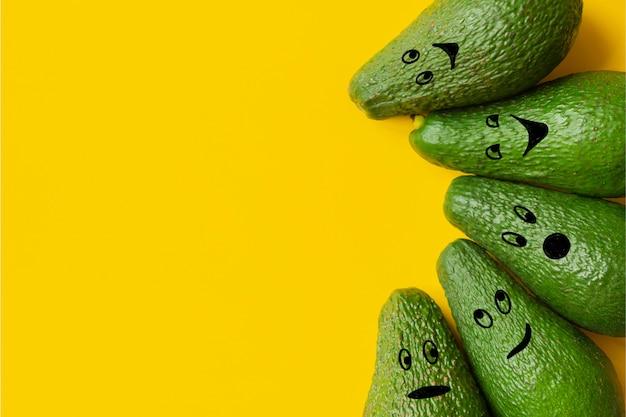 Avocadoemoji op gele achtergrondexemplaarruimte