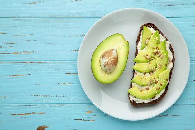 Avocadosandwich op donker roggebrood gemaakt met de helft van avocado