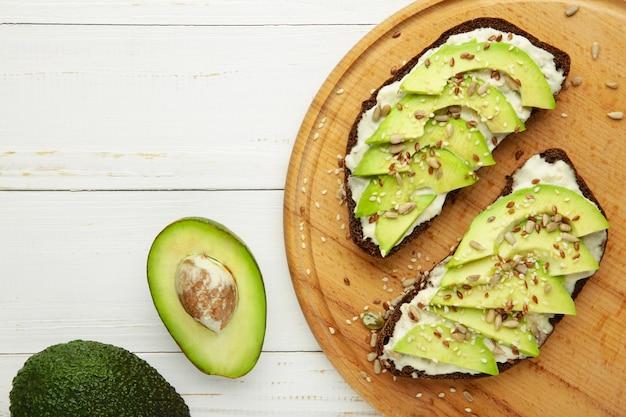 Avocadosandwich op donker roggebrood gemaakt met vers gesneden avocado's
