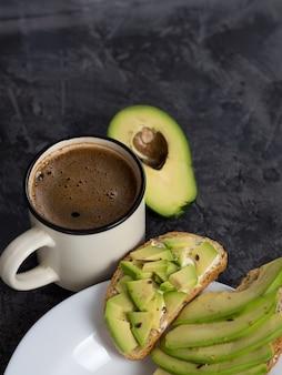 Avocadosandwiches en een kop koffie voor het ontbijt