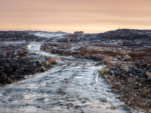 Avond bergpad. een kronkelend bergpad tussen de sneeuw-
