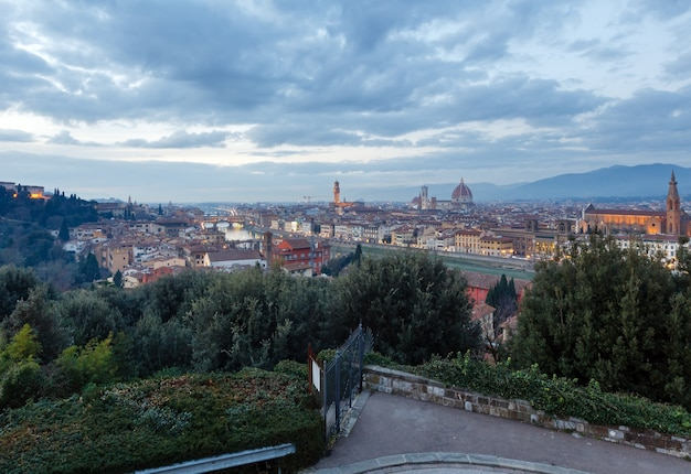 Avond florence city bovenaanzicht italië, toscane aan de rivier de arno.