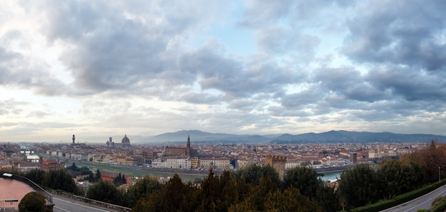 Avond florence city bovenaanzicht (italië, toscane) op de rivier de arno. panorama.