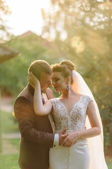Avond fotosessie van de bruid en bruidegom in de natuur