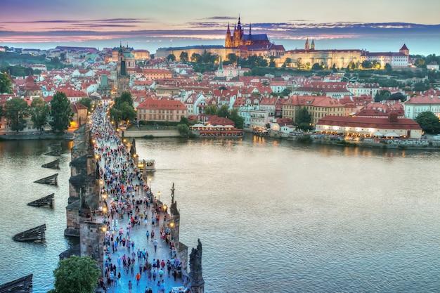 Avond in het historische centrum van praag en uitzicht op de karelsbrug
