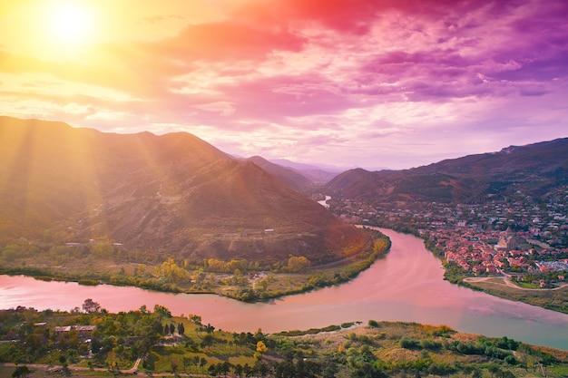 Avond panoramisch uitzicht op de stad mtskheta en het land van kura rivier georgië