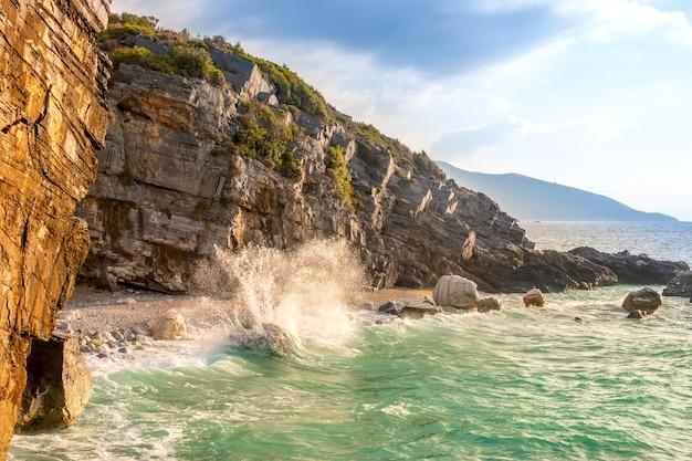 Avond rocky shore en surf spray