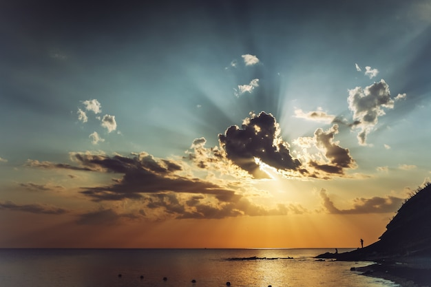 Avond vóór zonsondergangzeegezicht met mooie wolken en de zonnestralen in de hemel.