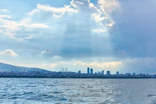 Avondboottocht langs de bosporus. panorama van istanbul uitzicht vanaf de veerboot.