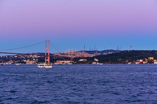 Avondboottocht op de bosporus in istanbul. bosporus-brug, in de nachtverlichting.