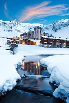 Avondlandschap en skitoevlucht in franse alpen, tignes, frankrijk