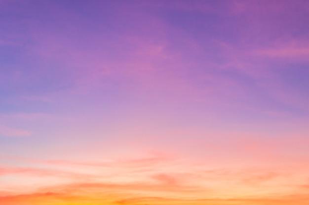 Avondlucht met kleurrijk zonsondergangzonlicht
