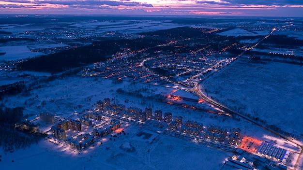 Avondopstoppingen in de stad, zwaar overbelaste wegen en knooppunten, instorting van het vervoer. luchtfoto.