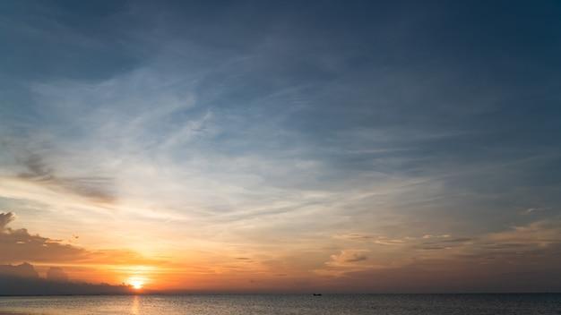 Avondrood boven zee in de avond met kleurrijk zonlicht en zonsondergang