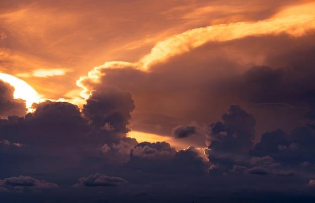 Avondrood. gouden licht schijnt in lagen wolken. pluizige wolken in de schemering. twilight hemel. cloudscape. schoonheid in de natuur. kunstbeeld van hemel bij zonsondergang.