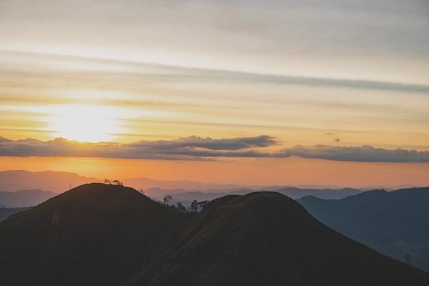 Avondsfeer de zon verdwijnt op de top van khao chang phuak