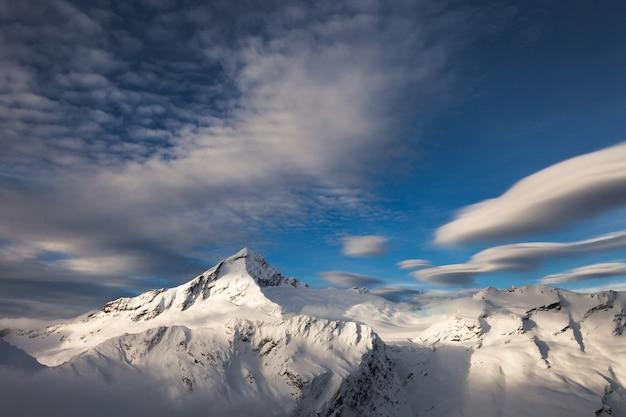 Avondwolk boven mount aspiring, mount french en de bonar-gletsjer. mount aspiring national park, nieuw-zeeland