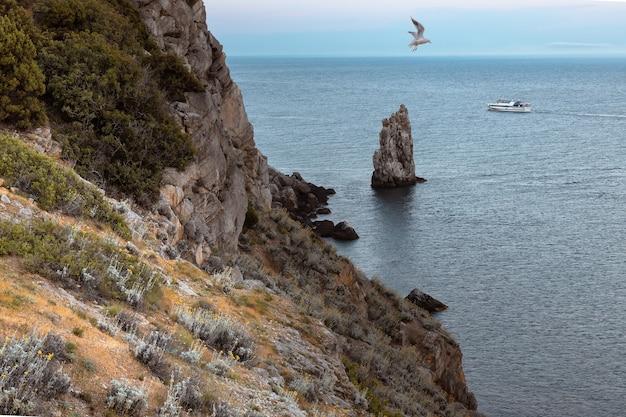 Avondzicht op de rotsachtige kust van de zwarte zee en de parus-rots