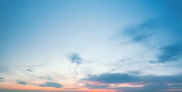 Avondzonsondergang heldere hemel met wolken bij zonsondergang boven de horizon