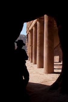 Avonturier in mysterie petra, indiana joens ziet eruit als toerist jordanië ontdekken