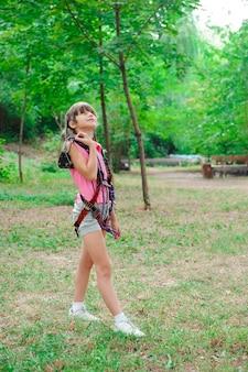 Avontuur klimmen high wire park - wandelen in het touw park meisje