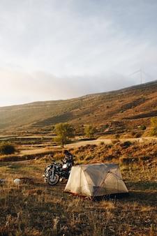 Avontuurlijke motorrijder die in het wild kampeert