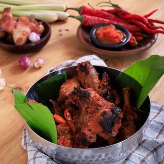 Ayam bakar peda's of indonesische pittige gegrilde kip met traditioneel recept