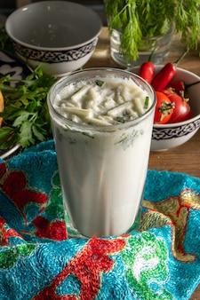 Ayran. gefermenteerde melkdrank op basis van turakh, katyk of kefir met toevoeging van komkommers en kruiden
