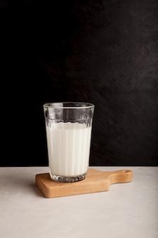 Ayran of kefir in glas donkere achtergrond gefermenteerde melk ayran melkdieet voor gewichtsverlies