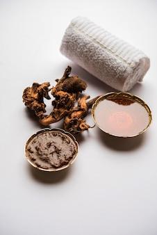 Ayurvedisch chitrak honing gezichtsmasker gemaakt met plumbago zeylanica en shahad