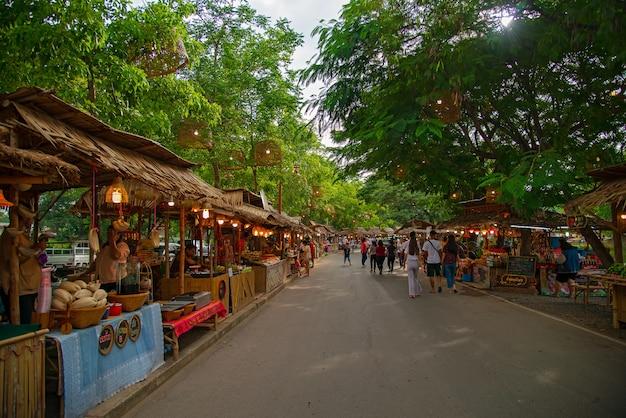 Ayutthaya night market is een nieuwe markt van de provincie. gelegen achter het oude stadhuis.