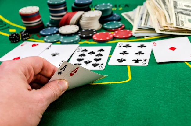 Azen in de spelershand op de pokertafel
