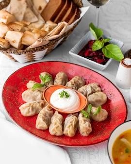 Azerbeidzjaans gurza knoedel bord geserveerd met yoghurt