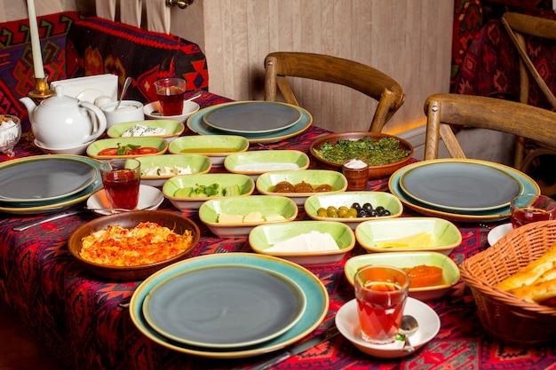 Azerbeidzjaans ontbijt in het restaurant met tafelkleed in traditionele stijl