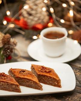Azerbeidzjaans pakhlava-dessert gelaagd deeg met noten het vullen