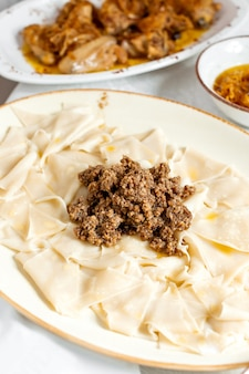 Azerbeidzjaanse bladeren khangal gegarneerd met gehakt