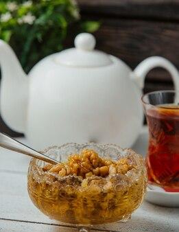 Azerbeidzjaanse walnotenjam zonder vel, geserveerd met zwarte thee in armudu-glas