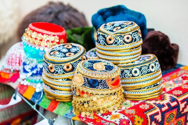 Azerbeidzjan oude stijlhoeden op een lokale markt. oosterse hoofdtooi op feestelijke beurs op novruz-vakantie