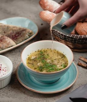 Azeri dushbere met gedroogde munt en azijn