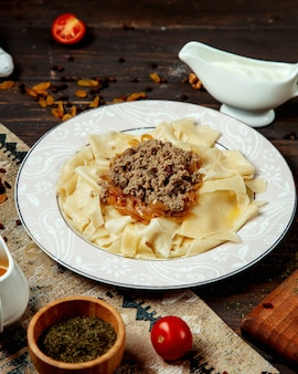 Azeri traditionele groene khinkali met gevulde gebakken vlees