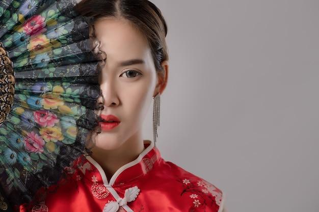 Aziaat bij traditionele chinese kleding