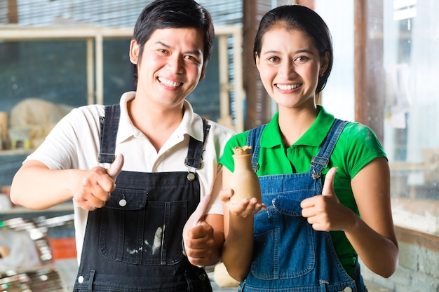 Aziaten met handgemaakt aardewerk